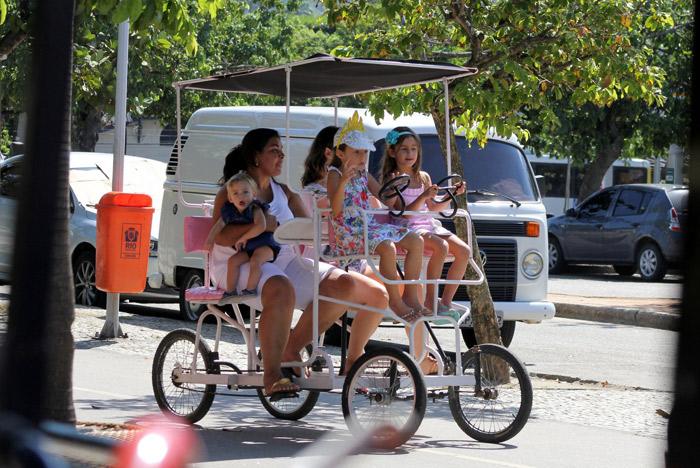 Vanessa Lóes sai para passear com os filhos no Rio de Janeiro