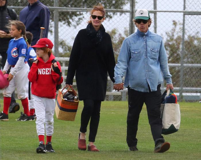 Julia Roberts se diverte em jogo de beisebol do filho em Malibu
