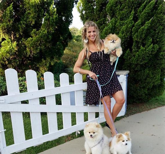 Fofa! Karina Bacchi sai para passear com seus pets e mostra clique descontraído