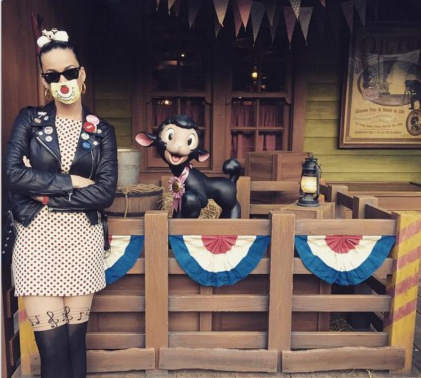 Katy Perry faz graça ao posar na Disney de Tóquio