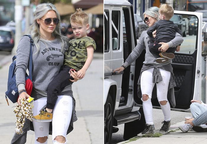 Com cabelo cinza, Hilary Duff circula por Los Angeles com o filho