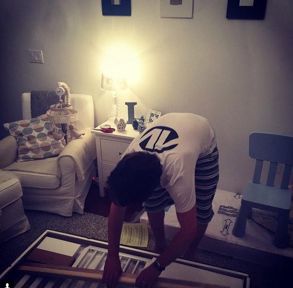 Fernanda Machado faz questão de registrar os últimos preparativos do quarto do filho