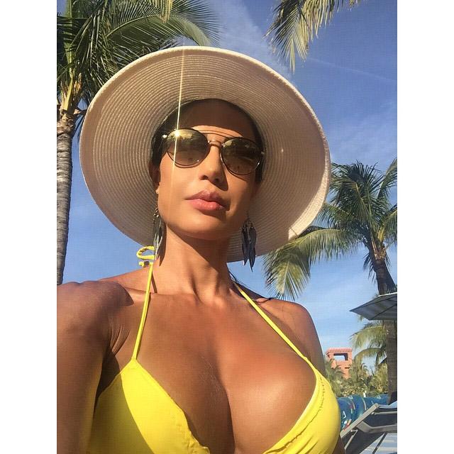 Gracyanne Barbosa posa decotadíssima em selfie