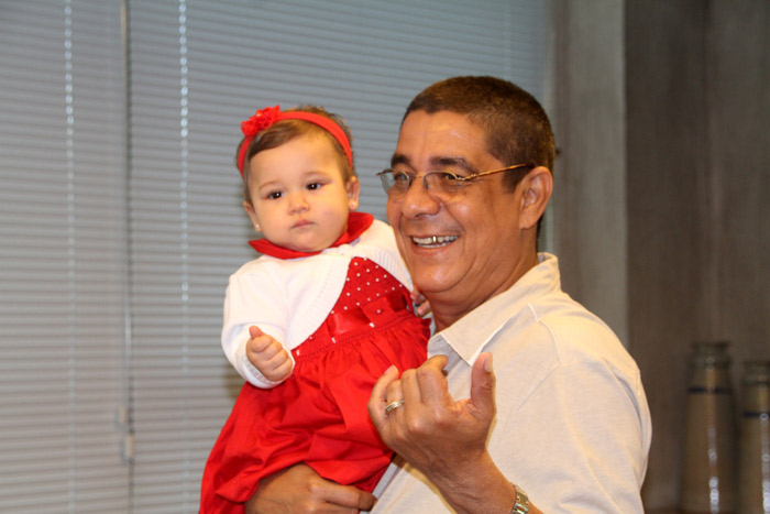 Xodó do vô! Zeca Pagodinho baba pela neta em coletiva de imprensa
