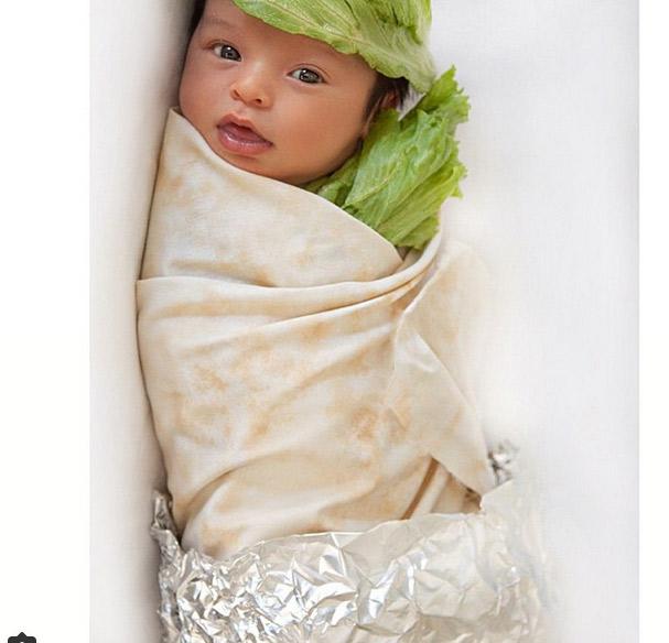 ) Sarah Stage posta foto do filho fantasiado de 'burrito'