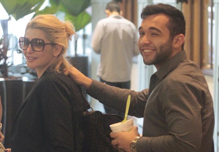 Antônia Fontenelle e o noivo passeiam sorridentes por shopping