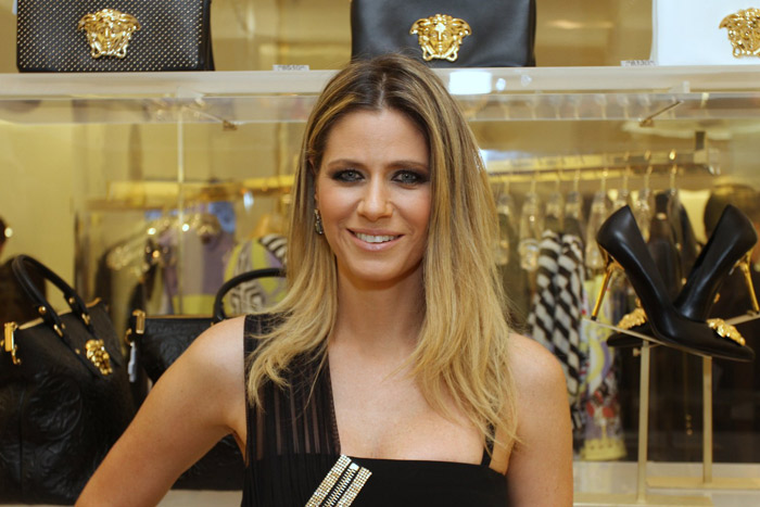 Ticiane Pinheiro é a cara da elegância em inauguração da loja Versace em SP