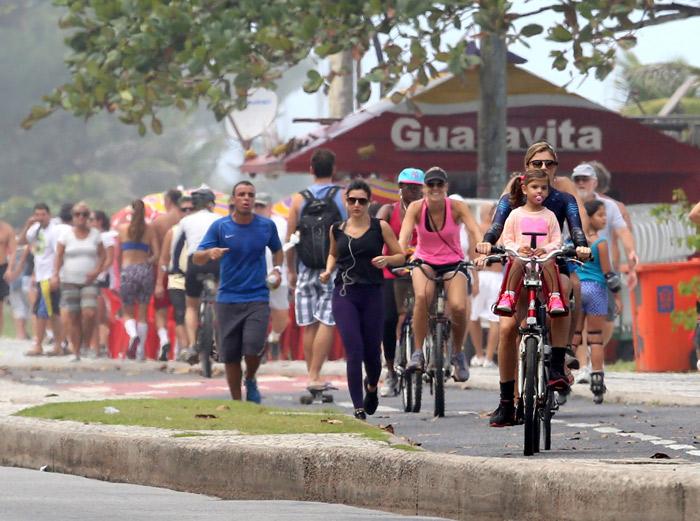 Bem acompanhada, Grazi Massafera passeia de bicicleta pela orla carioca