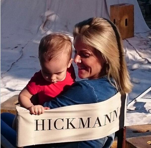 Ana Hickmann aproveita intervalos de trabalho para paparicar o filho