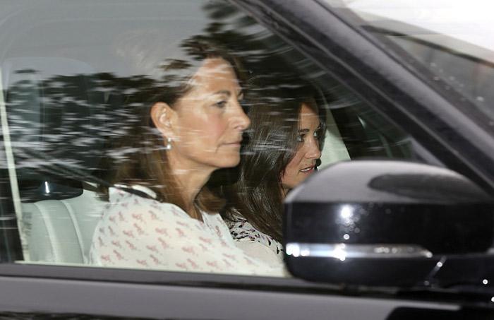 Mãe e irmã de Kate Middleton visitam a nova princesa no Palácio de Kensington