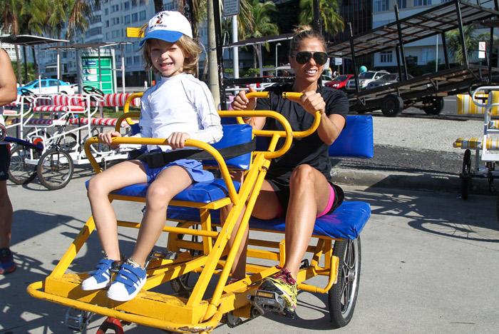 Adriane Galisteu é só alegria em dia de passeio com o filho pelo Rio