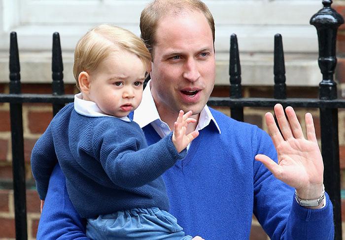 Bebê real! Príncipe George visita a mamãe e a irmãzinha na maternidade