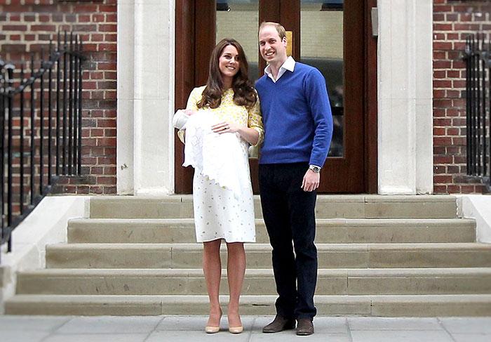 Bebê real: Ao lado do marido William, Kate Middleton deixa a maternidade levando sua princesinha no colo