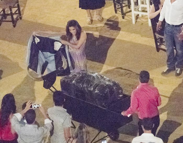 Eva Longoria se diverte e vira 'toureira' na Espanha