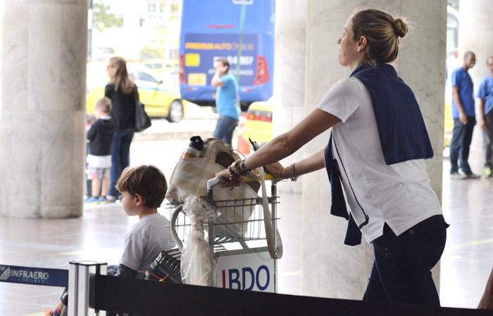 Após viagem a Paris, Luana Piovani volta ao Rio de Janeiro com o filho