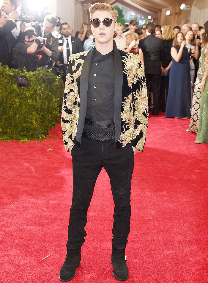 Justin Bieber usa terno com 'dragão dourado' no MET Gala