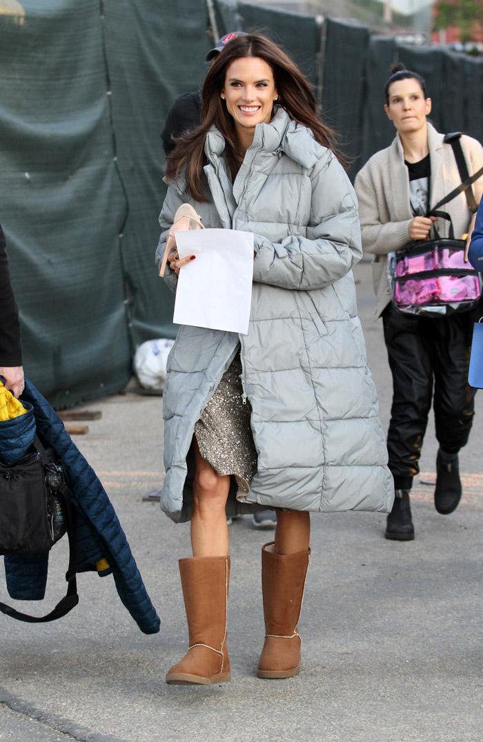 Alessandra Ambrósio se protege bem do frio em set de filmagem, em Nova York