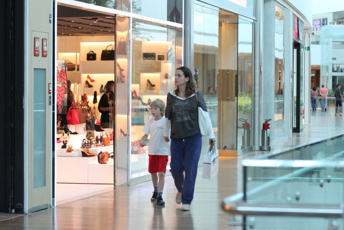 Filho de Vanessa Lóes faz graça durante passeio por shopping