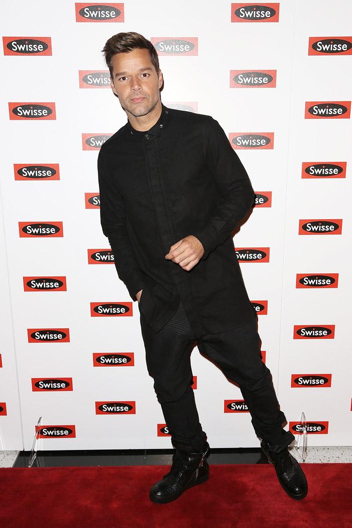 Elegante, Ricky Martin vai todo de preto em show na Austrália