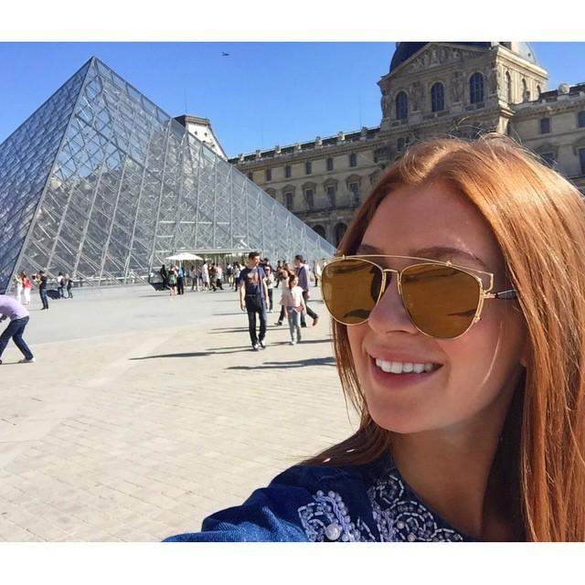 Férias! Marina Ruy Barbosa posa em frente ao Louvre, em Paris