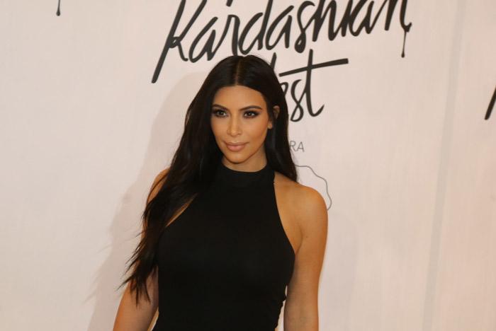 Kim Kardashian chega ao lançamento de sua coleção de roupas em São Paulo
