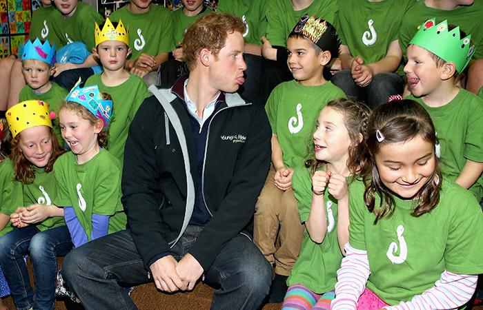 Príncipe Harry mostra a língua para garoto em visita à escola na Nova Zelândia