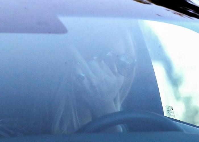 Jennifer Lawrence mostra o dedo do meio para os fotógrafos em Malibu