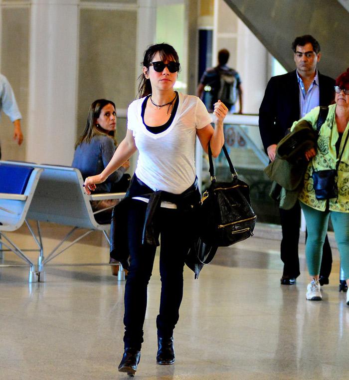 Lady Francisco se diverte com funcionários de quiosque no aeroporto Santos Dumont