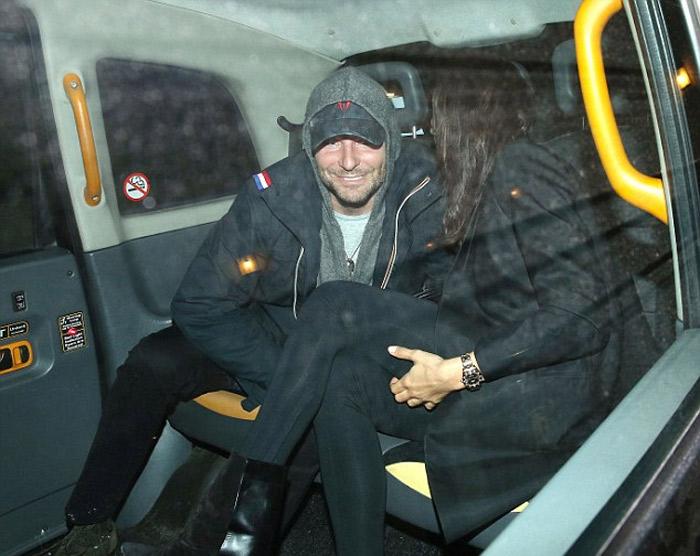 É amor! Irina Shayk e Bradley Cooper curtem noite descontraída em Londres