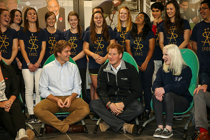 Com bandeja de cupcakes, príncipe Harry atende 'súditos' na Nova Zelândia