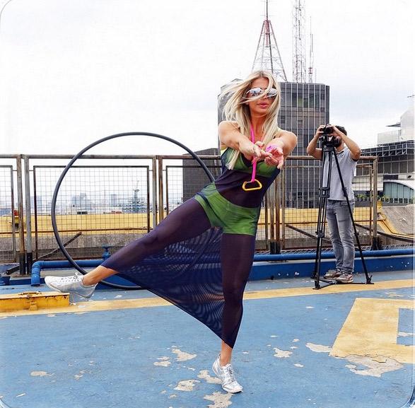 Karina Bacchi arrasa na pose nos bastidores de mais um trabalho no universo fitness