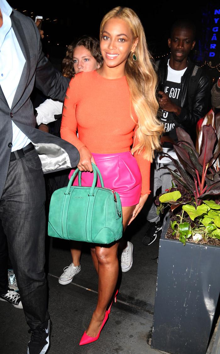 Colorida! Beyoncé coloca as pernas de fora em Nova York