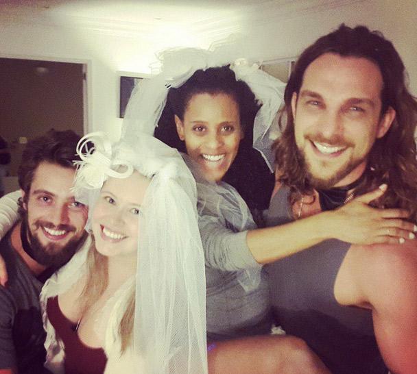 Rafael Cardoso e Igor Rickli fazem surpresa para as esposas e se casam