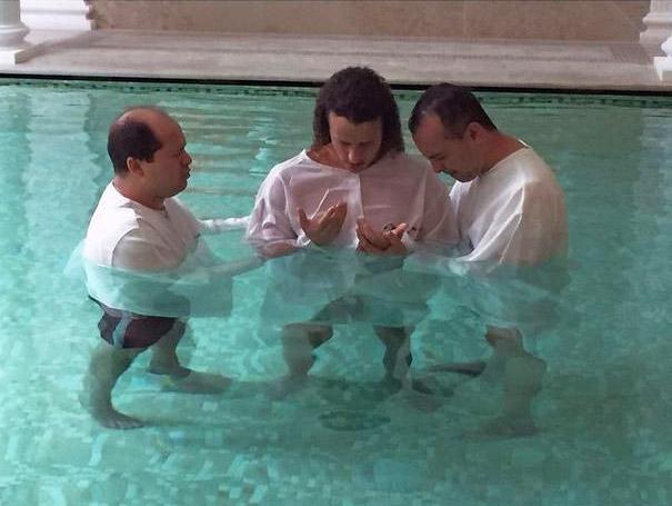 Jogador do Paris Saint-German, David Luiz, é batizado em igreja evangélica