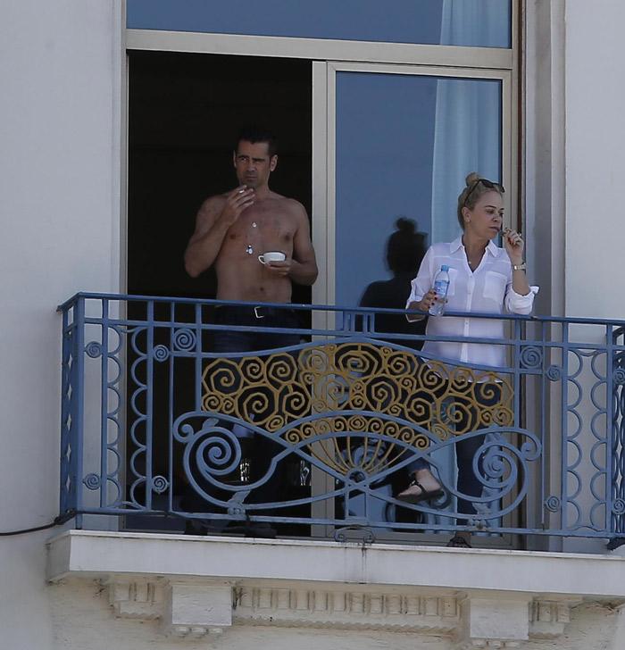 Colin Farrell aparece sem camisa em sacada de hotel junto com mulher misteriosa