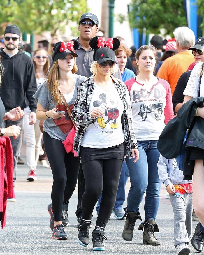 Christina Aguilera passeia pela Disney vestida a caráter