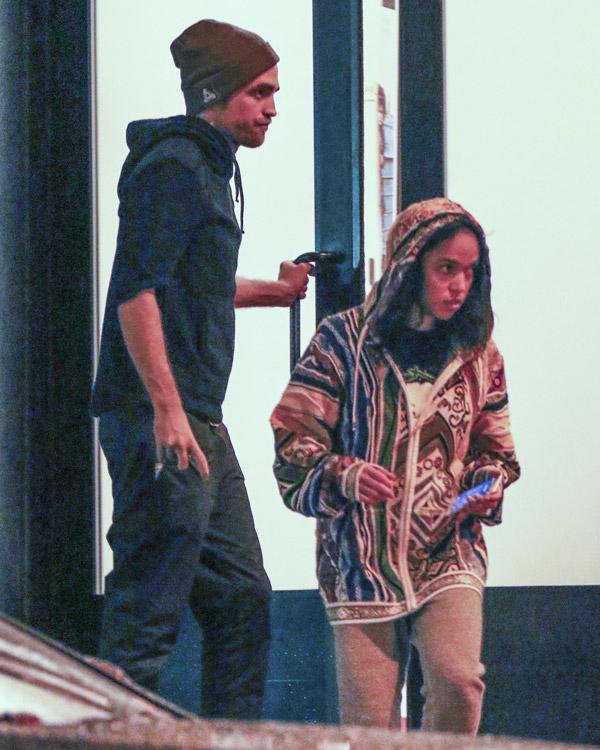 FKA Twigs sobre noivado com Robert Pattinson: 'Estou muito feliz'