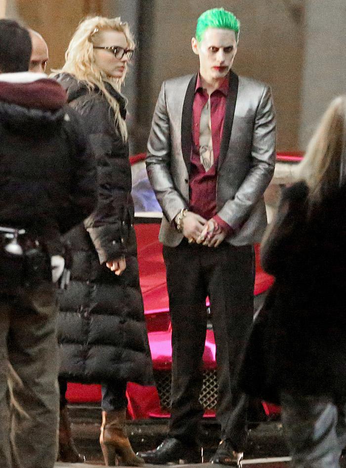 Jared Leto aparece em set de filmagem vestido com Coringa
