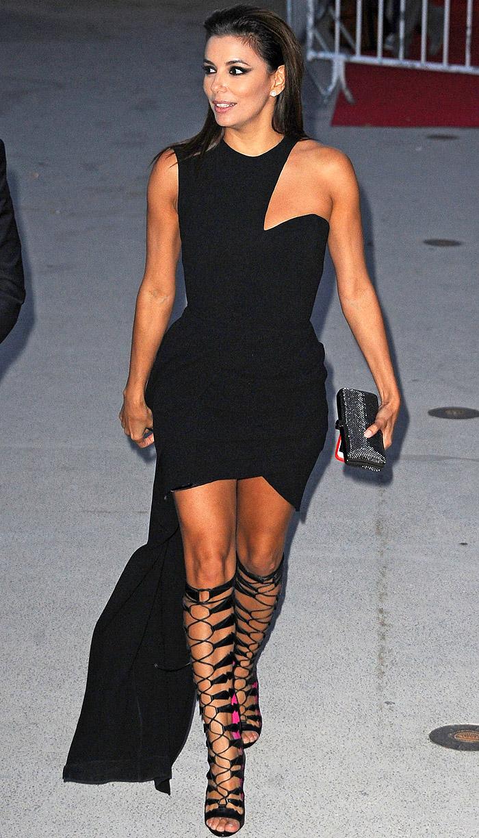 Eva Longoria usa 'sandálias de gladiadora' para aparição na televisão