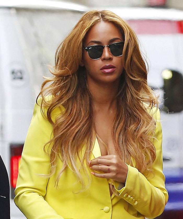 Beyoncé deixa sutiã à mostra em passeio por Nova York