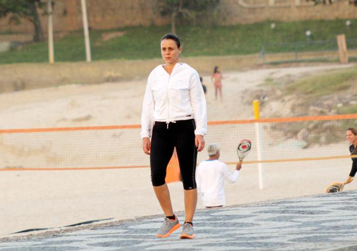 Sem maquiagem, Giulia Gam caminha pela orla do Leblon