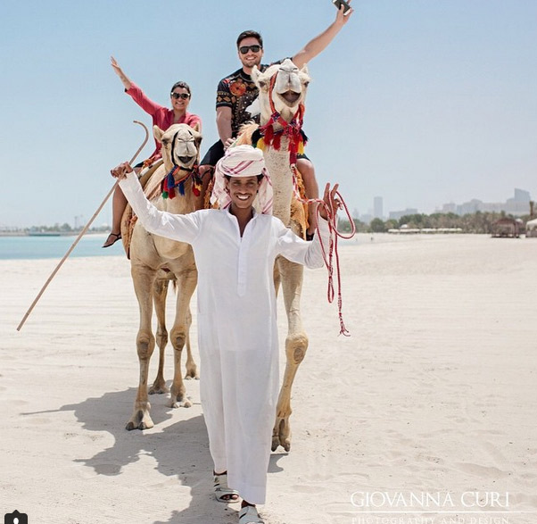 Preta Gil e Rodrigo Godoy andam de camelo em Abu Dhabi