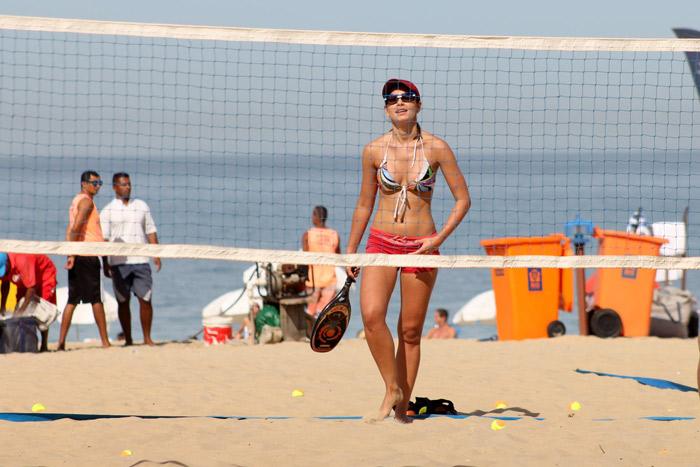 Letícia Wiermann exibe a ótima forma em jogo de tênis