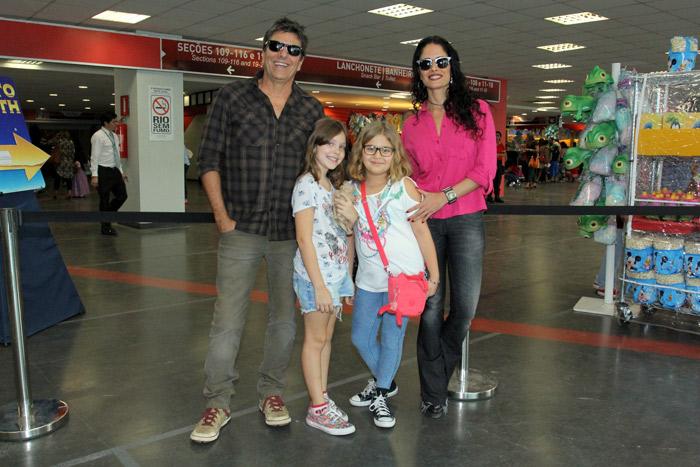 Fernanda Lima capricha no look para assistir peça com gêmeos