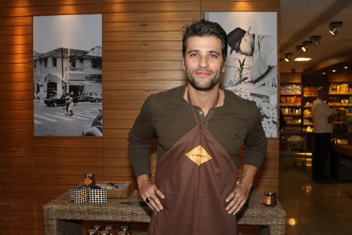 Bruno Gagliasso se delicia com doces saudáveis em degustação