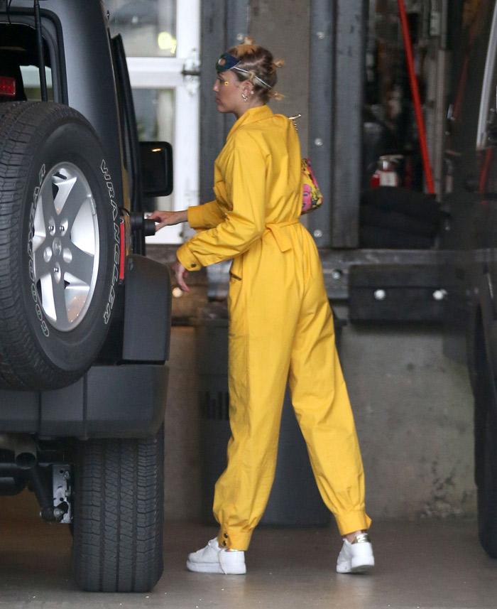 Miley Cyrus usa macacão que mais parece uniforme de fábrica