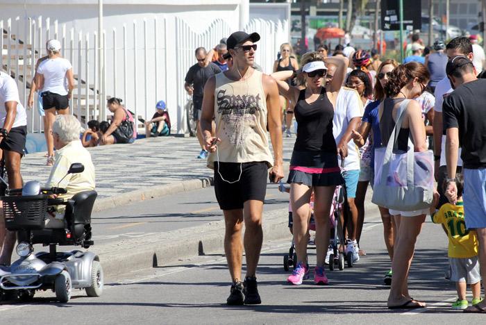 Reynaldo Gianecchini exibe braços musculosos em caminhada