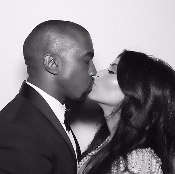 Kim Kardashian comemora um ano de casada em rede social