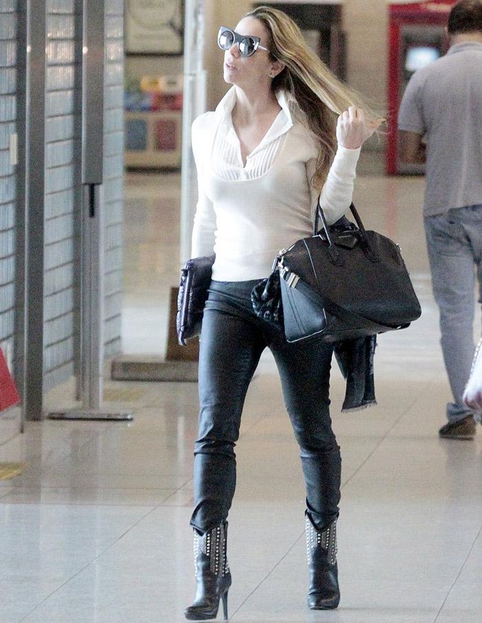 No estilo! Dani Winits esbanja glamour em aeroporto no Rio
