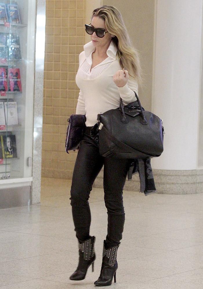 No estilo! Dani Winits esbanja glamour em aeroporto no Rio,